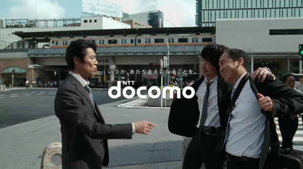 【ドコモCM】「NEWラインナップ篇」斎藤司と綾野剛が仲良くなっていることに堤真一が驚く!.png