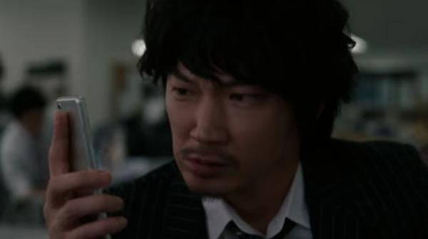 【動画】ドコモ新CM、綾野剛がスグ電対応スマホで斎藤カメラマンに電話する.png