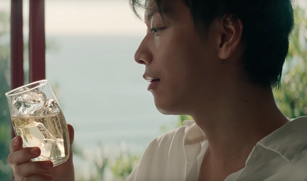 【動画】サントリーウイスキー「知多」新CMで佐藤健がハイボールで喉を潤す!.png