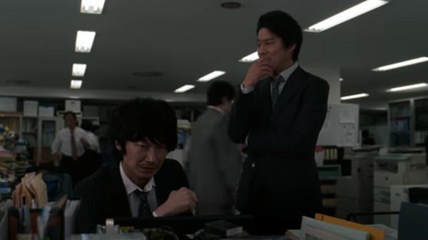 【動画】ドコモ新CM「NEWラインナップ篇」綾野剛と堤真一がすぐ来れるカメラマンを思案.png