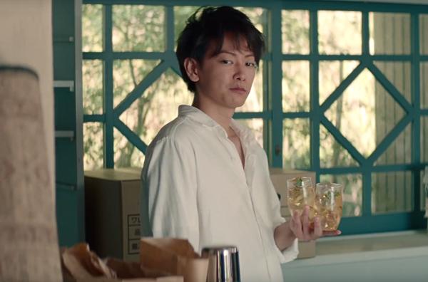 【動画】ハイボールを片手に佐藤健が男女の友人に機転を利かす「知多」新CM.png