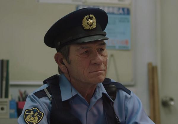 【動画】ボス新CMはトミー・リー・ジョーンズが警官に扮し惑星の平和をレポート.png