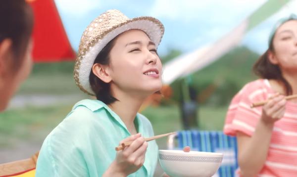 【動画】新垣結衣チキンラーメン新CM砂浜で食べるチキンラーメンに感動!.png