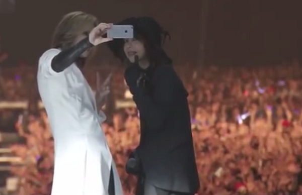 【動画】YOSHIKIとHYDEが3万5000人をバックに自撮り!舞浜のロックフェス!.png