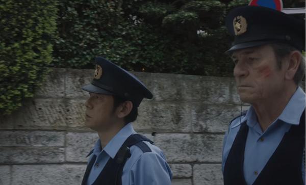 ボス新CMトミー・リー・ジョーンズ&永瀬正敏が地道な「おまわりさん」を演じる!.png