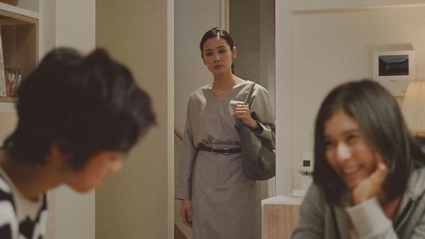 家族を見てホッとする母親を演じる吉田羊「迷った日」篇.png