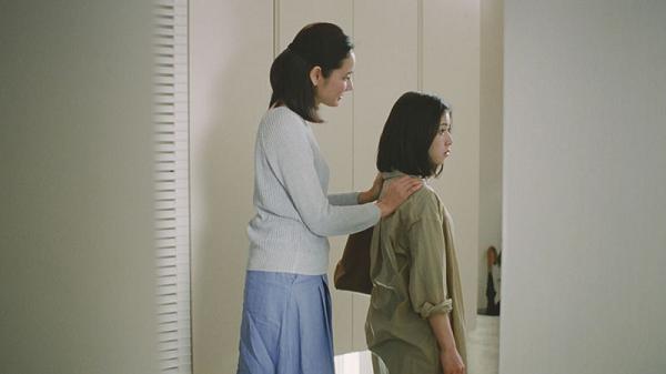 母親役の吉田羊に励まされる娘役の松岡茉優「帰省」篇.png