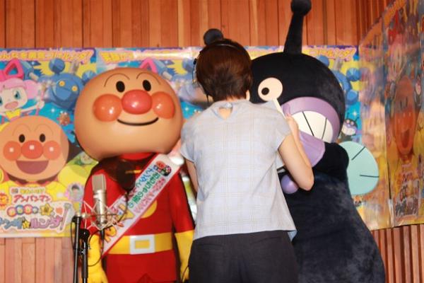 波瑠の公開アフレコにてアンパンマンとばいきんまんに挨拶する波瑠.png