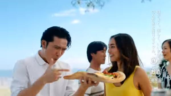 長瀬智也&長谷川潤のアサヒスタイルフリーCMで巨大ピザを頬張る!2.png